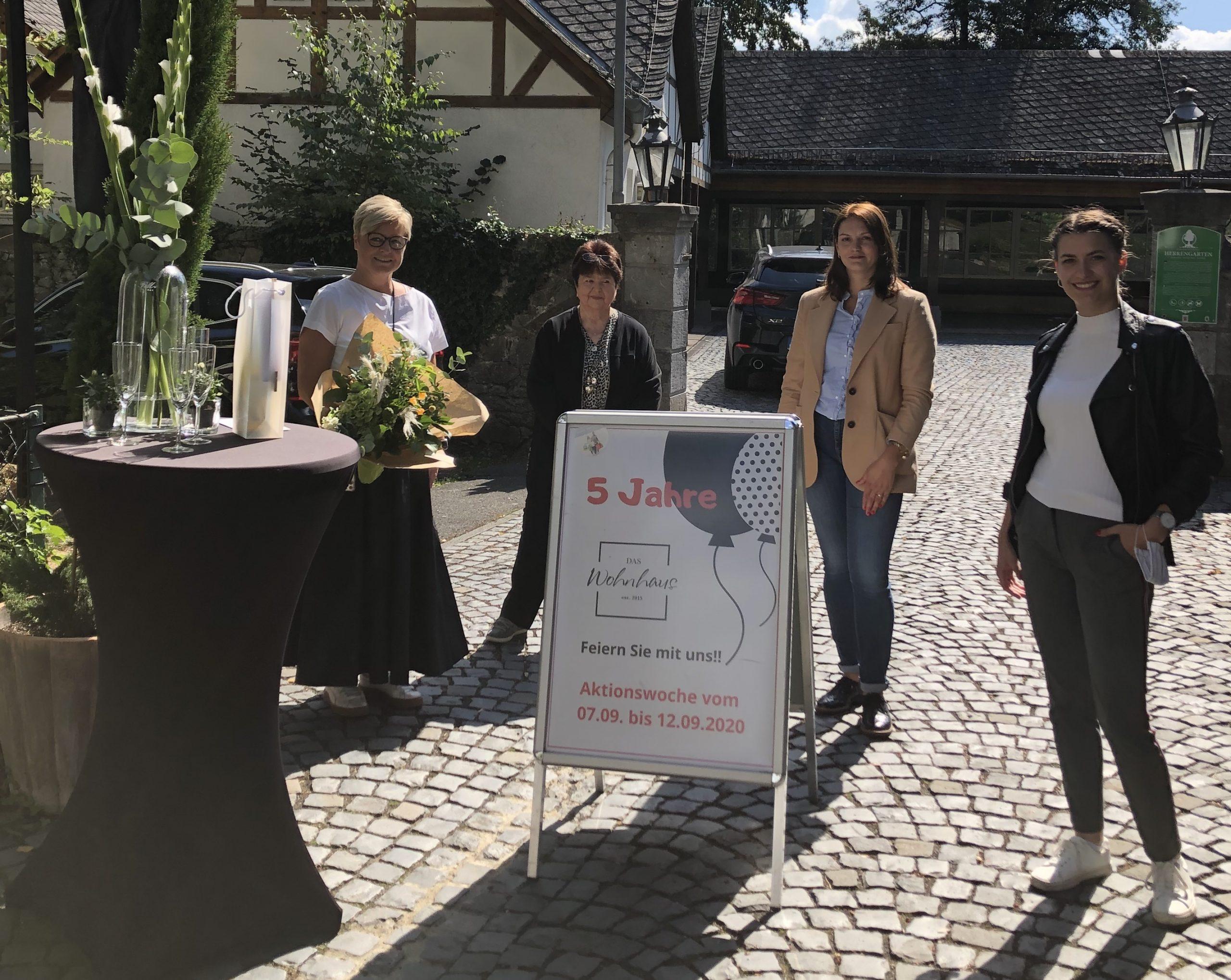 Von rechts: Dana Hochfeld (Braunfelser Kur GmbH), Viktoria Knaus, Elke Schütz (Interessengemeinschaft der Braunfelser Gewerbetreibenden) gratulieren REgina Andermann zum fünfjährigen Jubiläum.
