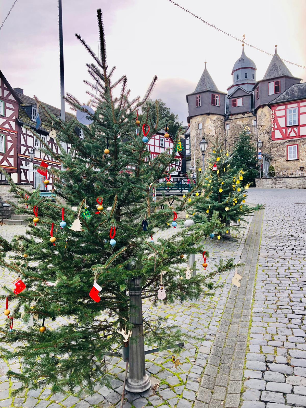 Die von den Kindern der Schlossschule geschmückten Weihnachtsbäume zieren den Braunfelser Marktplatz sowie die beteiligten Geschäfte (c) Braunfelser Kur GmbH